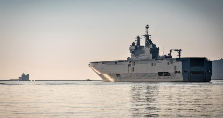 Appareillage du porte-hélicoptères amphibie (PHA) Dixmude