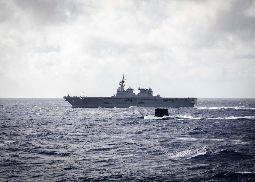 """French Navy Rubis-class SSN """"Emeraude"""" sailing alongside JMSDF first-in-class helicopter destroyer JS Hyuga."""