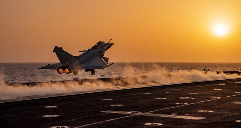DGA تطلب أنظمة الرؤية والعرض المثبتة على الخوذة لطائرات رافال الفرنسية