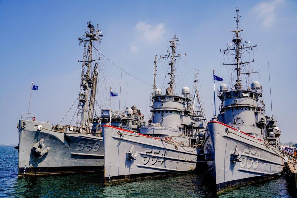 Da-tun(ARS-556) and 2 Da-tong class ocean tugs(ATF-553,554)